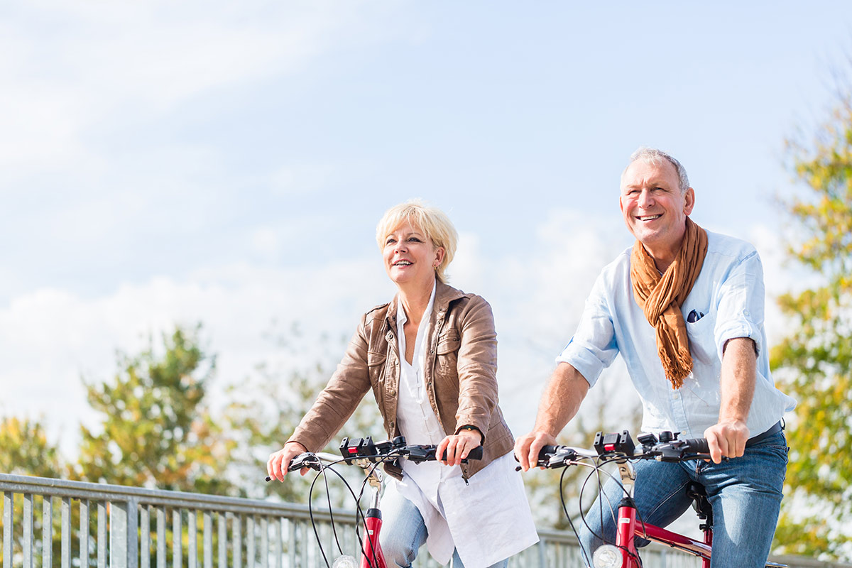 Para seniorów jadąca na rowerach