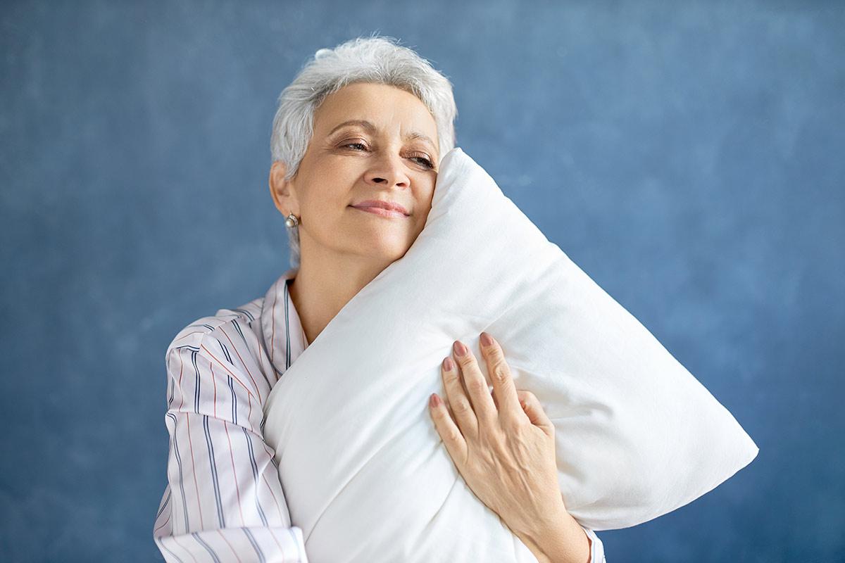 Kobieta z poduszką w dłoniach