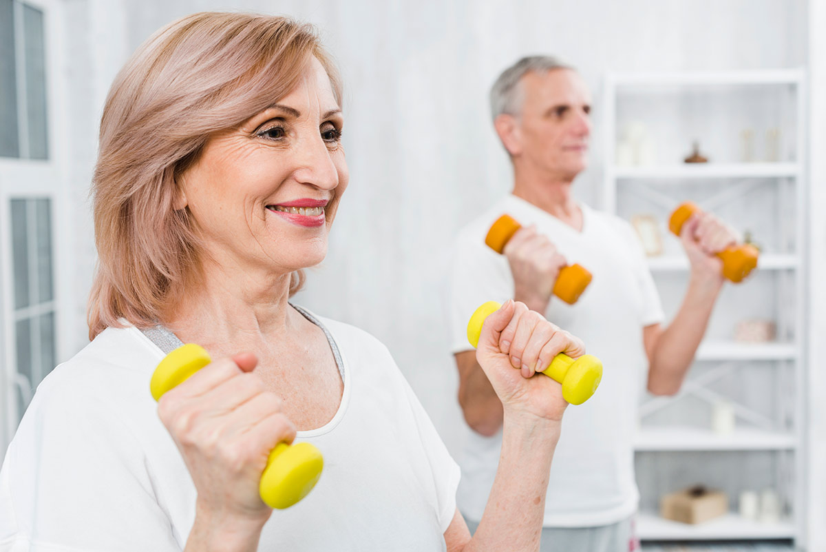 Seniorzy wykonują ćwiczenia gimnastyczne