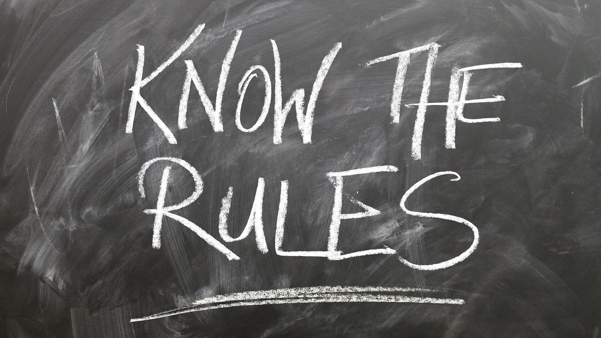 Napis poznaj zasady pisany kredą na czarnej tablicy